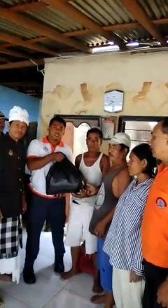 Pemberian Bantuan Sembako Dari Badan Penanggulangan Bencana Daerah